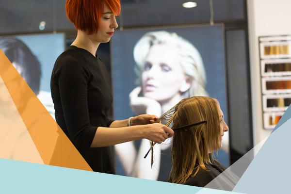 Friseurin schneidet einer Frau die Haare